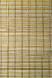 Eine gelbe Bambusmattenbeschaffenheit. Stockfotos
