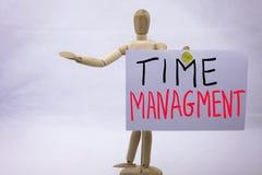 Eine gelbe geschriebene klebrige Anmerkung des Handschrifttitels begrifflichaufschrift mit Wort Zeit-Management mit schwarzer Tin Stockfoto