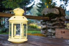 Eine gelbe rustikale Lampe lizenzfreie stockfotografie
