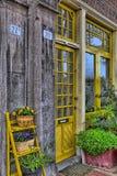 Eine gelbe Tür in Amsterdam lizenzfreie stockfotografie