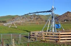Eine Gelenk Bewässerungs-Maschine auf einem Bauernhof in Nord-Canterbury Lizenzfreies Stockfoto