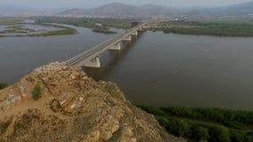 Eine Gemanderbrücke über dem Selenga-Fluss, Ulan-Ude, Burjatien, Russland stock video footage