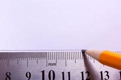 Eine Gerade wird mit einem Bleistift unter Verwendung eines Machthabers gezeichnet Leerer Platz für Text Stockfotografie