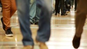 Eine Gesamtlänge von Leute ` s Beinen, die über dem Einkaufszentrum trägt unterschiedliche Schuhe und Hose schreiten stock footage
