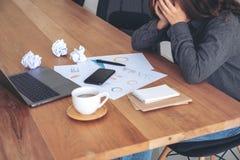 Eine Geschäftsfrau, die mit dem Gefühl frustriert und betont arbeitet stockbilder
