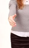 Eine Geschäftsfrau mit einer offenen Hand betriebsbereit, ein Abkommen zu versiegeln Stockfotos