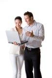 Eine Geschäftsfrau und ein Geschäftsmann lächeln glücklich Stockfotografie