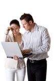 Eine Geschäftsfrau und ein Geschäftsmann zahlen Aufmerksamkeit Stockbild