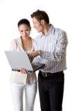 Eine Geschäftsfrau und ein Geschäftsmann zahlen Aufmerksamkeit Lizenzfreie Stockfotografie