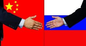 Eine Geschäftsmannerschütterung Hand, China und Russland lizenzfreies stockfoto