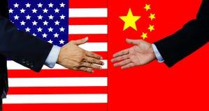 Eine Geschäftsmannerschütterung Hand, USA und China lizenzfreies stockbild
