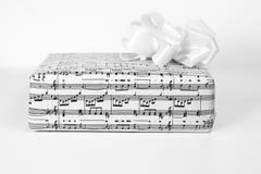 Eine Geschenkbox mit Noten lizenzfreies stockbild