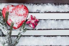 Eine Geschenkbox mit rotem Herzen formte Zinnkasten und ein Fragment eines Stiftes Lizenzfreie Stockfotos