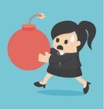 Eine Geschäftsfrau, die eine große Bombe hält Stockbilder