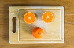 Eine geschnittene Orange durch Messer Lizenzfreie Stockfotografie
