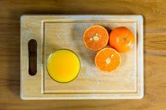 Eine geschnittene Orange durch Messer Stockbild
