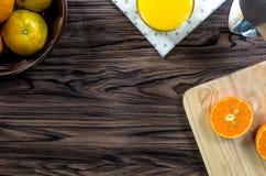 Eine geschnittene Orange durch Messer Stockbilder