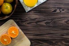 Eine geschnittene Orange durch Messer Lizenzfreies Stockbild