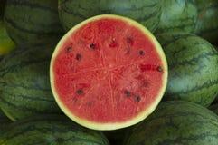 Eine geschnittene Wassermelone Lizenzfreies Stockfoto