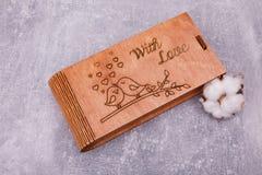 Eine geschnitzte hölzerne Schatulle mit Pussyweide lizenzfreie stockbilder