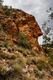 Eine Gesicht ähnliche natürliche Felsformation in Ormiston-Schlucht, West-Nationalpark MacDonnell, Australien lizenzfreies stockbild