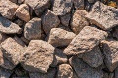 Eine getrennte Nachricht auf einem weißen Hintergrund Entsteint Nahaufnahme Granitkies lizenzfreie stockbilder