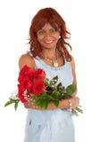 Glückliche Afroamerikaner-Frau, die mit ihren Rosen aufwirft lizenzfreies stockbild