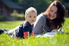 Eine glückliche Familie. junge Mutter mit Baby lizenzfreie stockfotografie