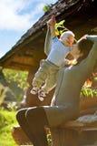 Eine glückliche Familie. junge Mutter mit Baby lizenzfreies stockfoto