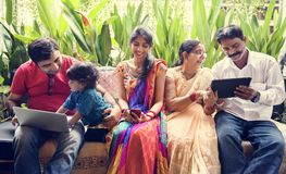 Eine glückliche indische Familie, die zusammen Zeit verbringt stockbilder