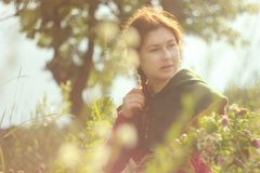 Eine glückliche junge kaukasische weiße Frau mit dem langen roten Haar ist, lachend lächelnd und mit einem Blumenstrauß von Blume stockbild