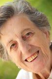 Eine glückliche lächelnde alte Frau Lizenzfreie Stockbilder