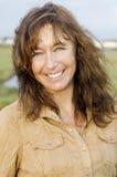 Eine glückliche lächelnde fällige Frau mit Freckles. stockfoto
