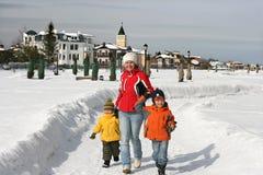 Ein Familienweg auf Schneebahn Stockfotografie