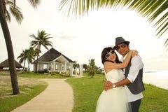 Eine glückliche Paaraufgabe vor einer Kapelle Stockfoto