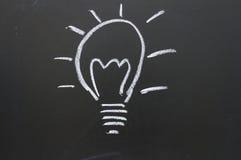 Eine Glühlampe gezeichnet auf eine Tafel stockbild