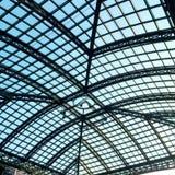 Eine Glasdachspitze unter blauem Himmel Stockbilder