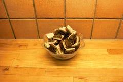 Eine Glasschüssel gefüllt mit selbst gemachten überlagerten Süßigkeiten lizenzfreie stockfotos