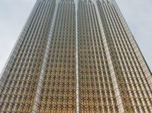 Eine Glaswand des modernen Bürogebäudes mit einem goldenen Schein Stockfotos