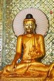 Eine goldene Buddha-Statue im Tempel Stockbild