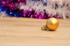 Eine goldene Flitter Weihnachtsdekoration mit Lametta Stockbild