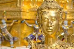 Eine goldene Kinnari Statue bei Wat Phra Kaew lizenzfreies stockbild
