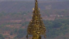 Eine goldene Skulptur auf die Oberseite eines Tempels stock video