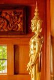 Eine goldene Statue von Buddha in einer Haupthalle Lizenzfreie Stockfotografie
