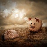 Glückliche Piggy Bank-Entdeckungs-verlorener Penny im Schmutz Stockfotografie