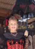 Eine Goldvorkommen-Geisterstadt-Dame im Rot, Arizona Stockbilder