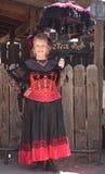 Eine Goldvorkommen-Geisterstadt-Dame im Rot, Arizona Stockfoto