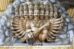 Eine Gopuram-Gottheit mit mehrfachen Köpfen und den Armen beim Koneswaram Kovil bei Trincomalee auf der Ostküste von Sri Lanka stockbild