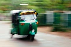 Eine Grün tuktuk Rikscha summt durch die Straße in Anuradhapu laut stockbilder