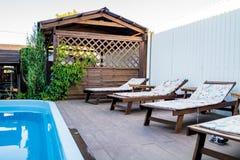 Eine grüne Bank Seeplätze bester Platz durch das Pool Lizenzfreie Stockfotos